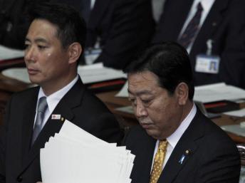 Le Premier ministre Yoshihiko Noda, flanqué de son ministre de l'Economie, Seiji Maehara, le 29 octobre à Tokyo. REUTERS/Issei Kato