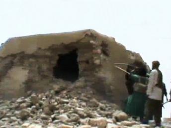 Des militants islamistes en train de détruire une mosquée ancienne classée par l'Unesco patrimoine de l'humanité, à Tombouctou, dimanche 1er juillet 2012. AFP