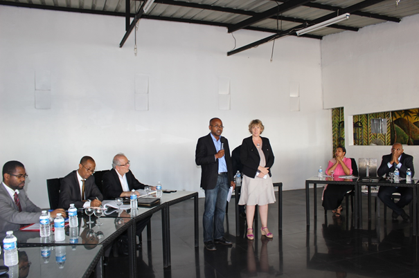 . Ahmed BAZI, président de l'UCCIA et Mme. Laurence ARNOUX, Conseillère de Coopération et d'Action Culturelle de l'Ambassade de France, lors de l'ouverture de la table-ronde au Vacoa Lodge.