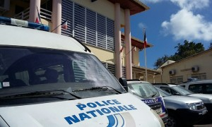 Vehicule-et-commissariat-de-police-de-Mamoudzou-300x180.jpg