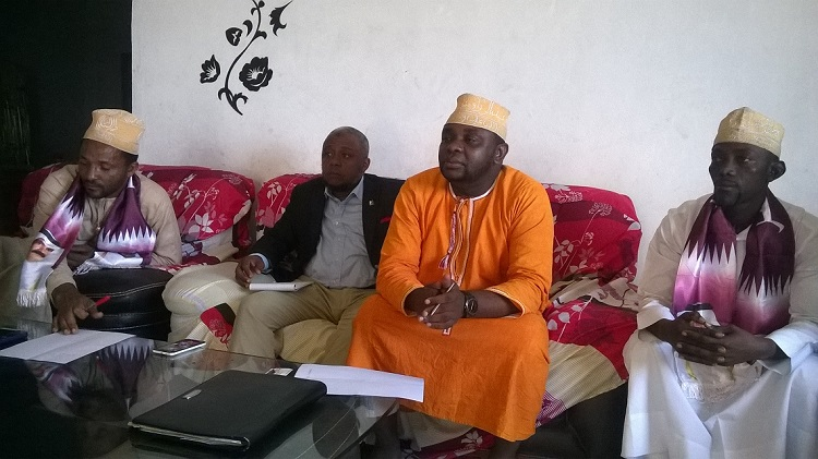Les-responsables-de-lAmicale-Comores-Qatar-hier-devant-la-presse.jpg