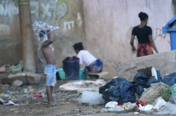 Enfant-poubelle-sac-plastique-Cavani.jpg
