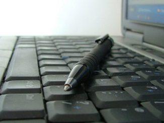crayon-sur-clavier-ordinateur.jpg