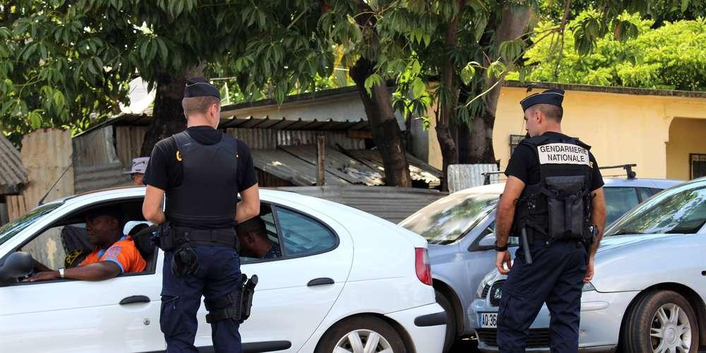 des-gendarmes-controlent-des-etrangers-en-situation-irreguliere-a-majicavo-mayotte.jpg