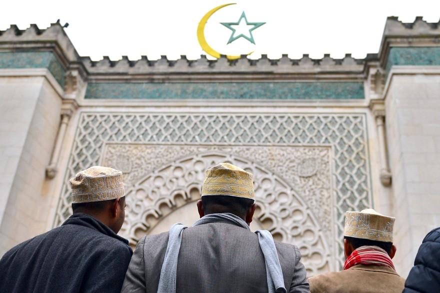 7792226626_des-fideles-musulmans-devant-la-grande-mosquee-de-paris.jpg