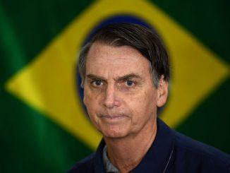 jair-bolsonaro-se-prepare-a-voter-dans-un-bureau-de-rio-de-janeiro-le-7-octobre-2018_6113066.jpg